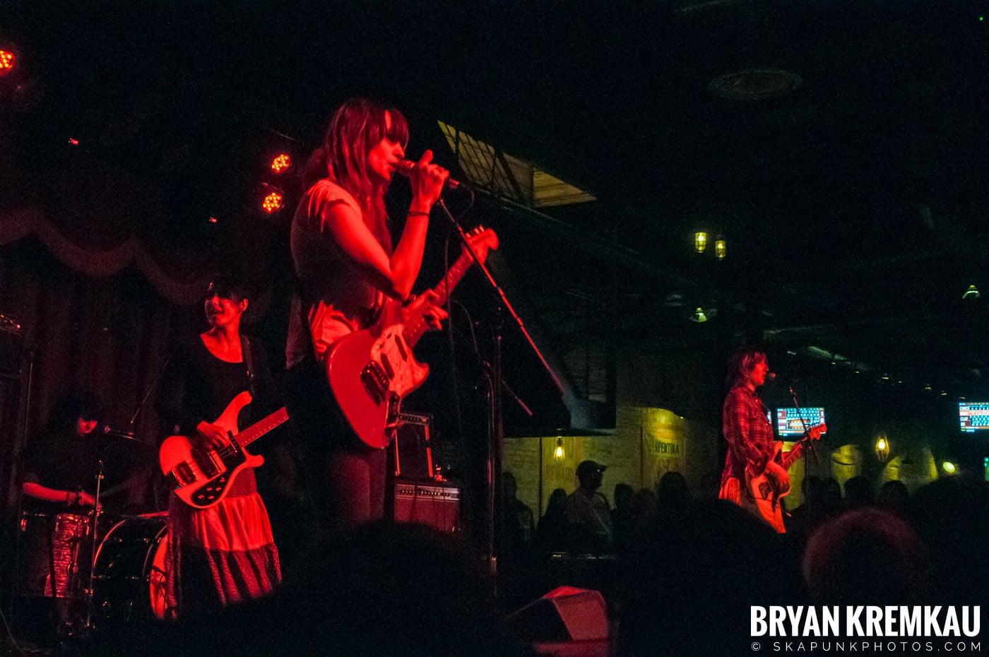 Warpaint @ Brooklyn Bowl, Brooklyn, NY - 3-30-11 (13)