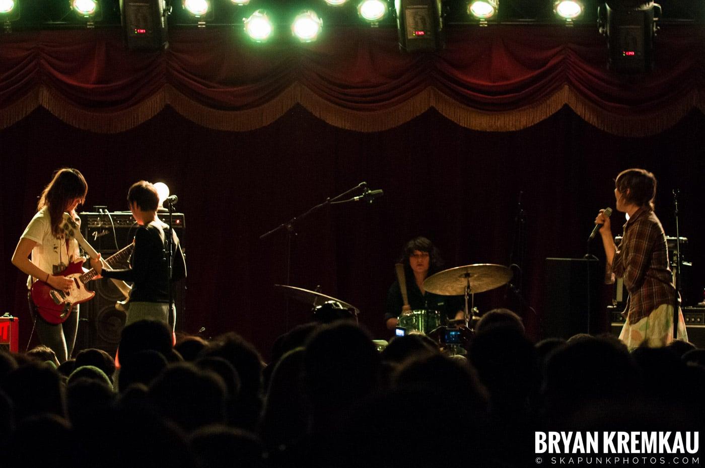 Warpaint @ Brooklyn Bowl, Brooklyn, NY - 3-30-11 (6)