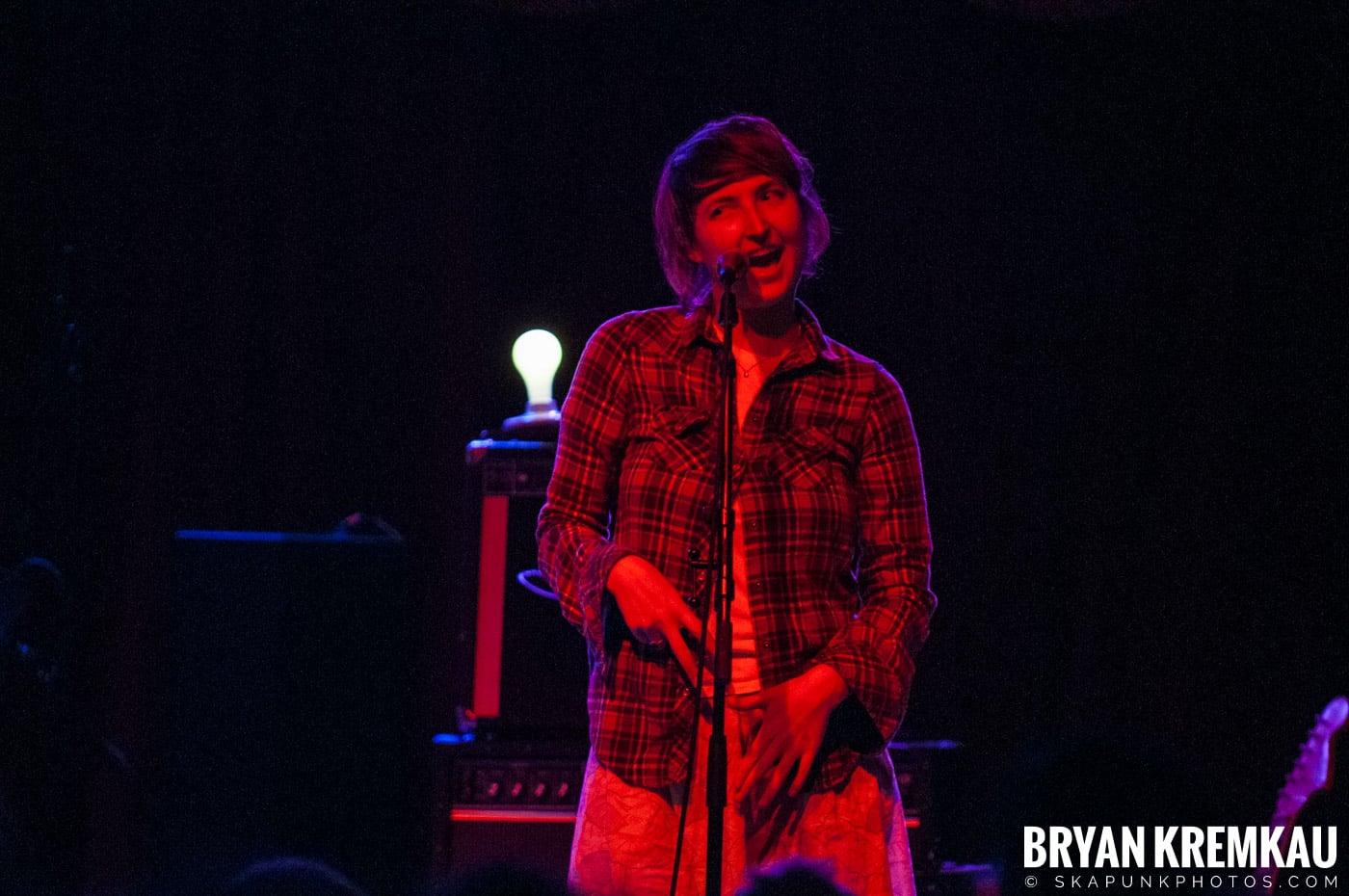 Warpaint @ Brooklyn Bowl, Brooklyn, NY - 3-30-11 (4)